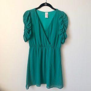 FRANCESCA'S 💚 Green Ruched Sleeve Dress